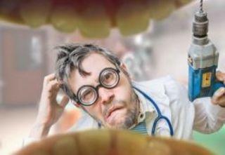 Стоматолог в процессе лечения или в разговоре с коллегами иногд...