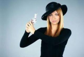 Эни Вильхельм обвиняется в том, что она угрожала застрелить с...